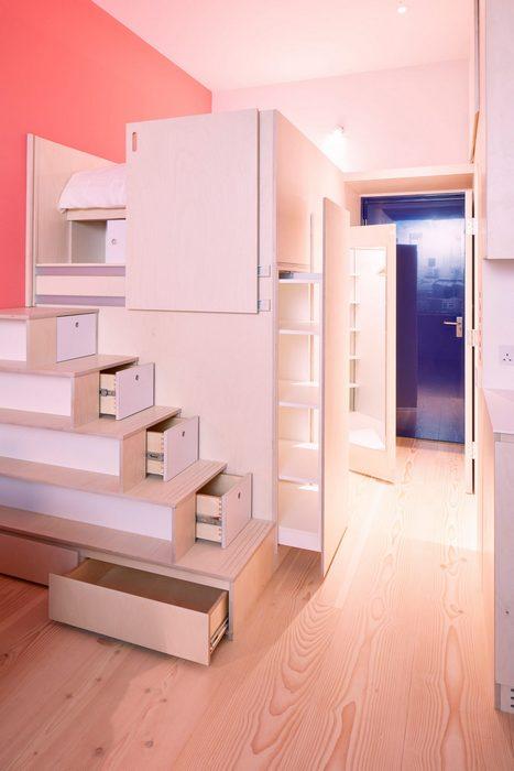 В фанерный куб поместились спальня, санузел и системы хранения.