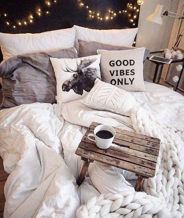 7. Украсьте комнату гирляндой.