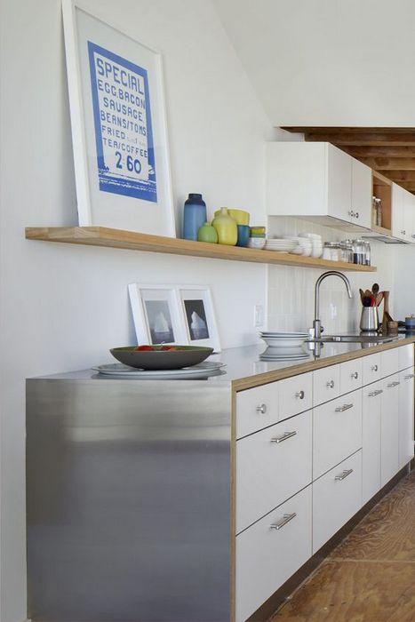 Стальная столешница на кухне.