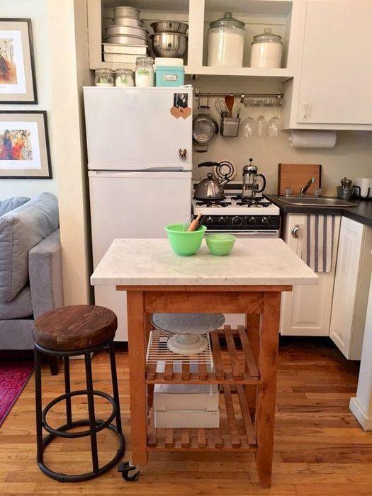 Кухонный островок на крошечной кухне.