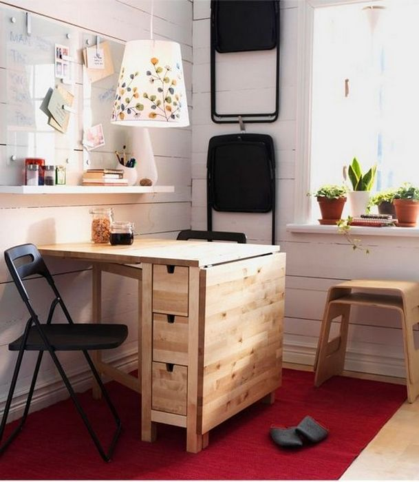 Складной стол на маленькой кухне.