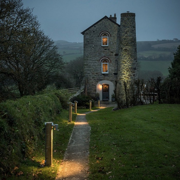 Дом внешне похож на маяк.