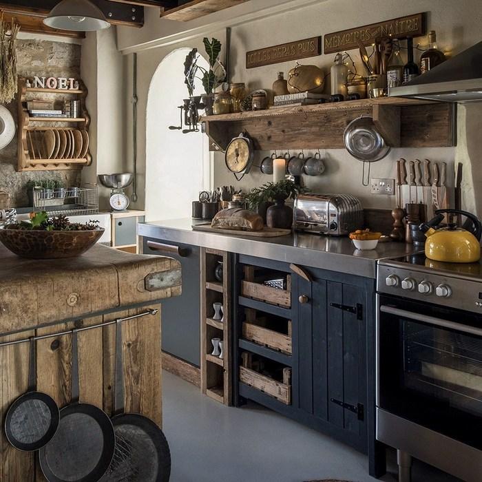 Интерьер кухни в деревенском английском доме.