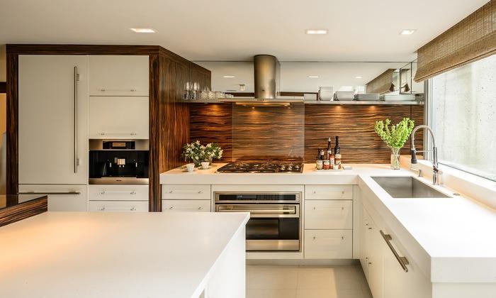 Достаточное расстояние между мебелью на кухне.