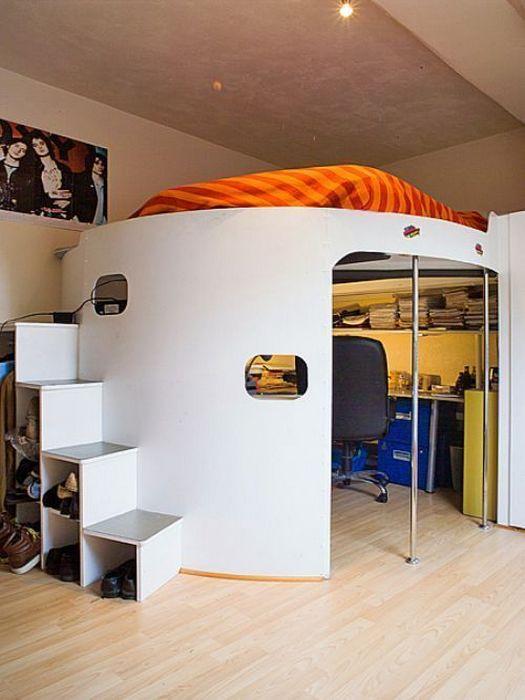 Спальное место на втором уровне позволило организовать полноценный домашний офис.