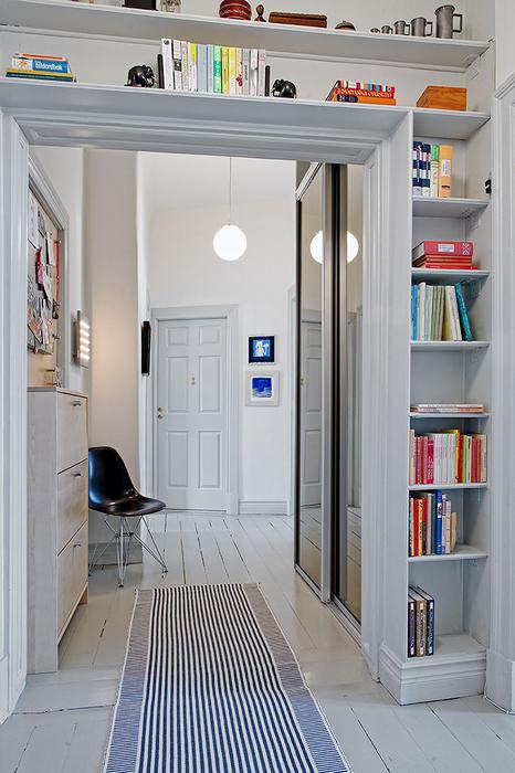 Хранение книг в коридоре.