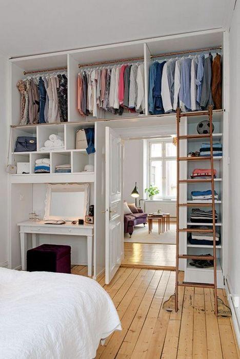 Когда в спальне нет места для шкафа или гардеробной.