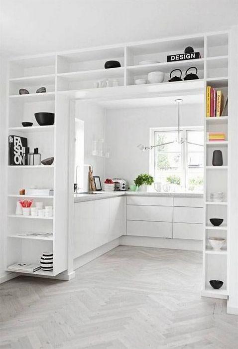 Высокие потолки на кухне.