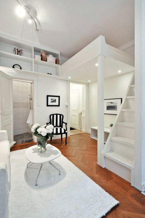 Благодаря высоким потолкам, удалось разгрузить пространство комнаты.