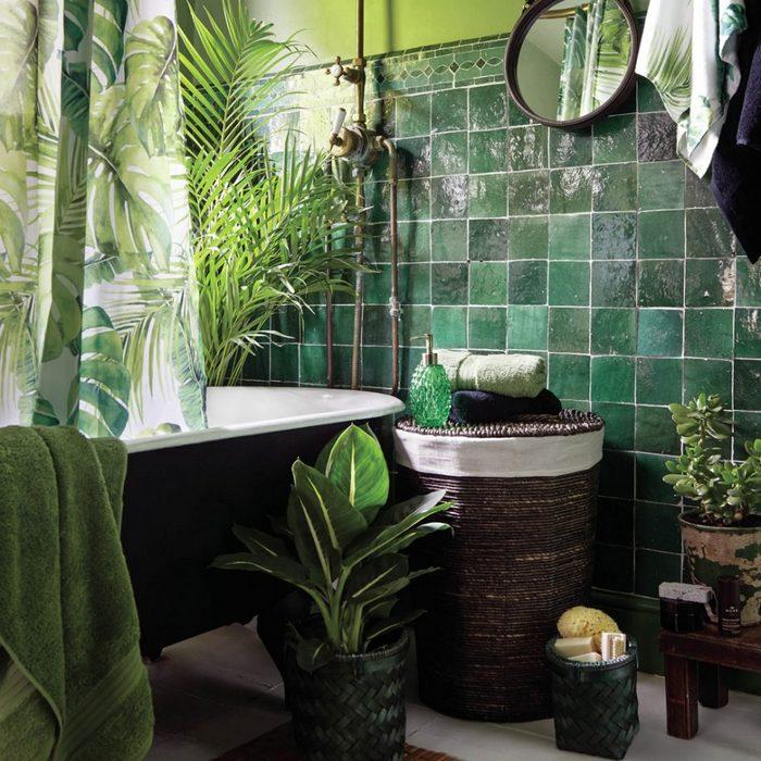 Ванная комната с зелёными акцентами.