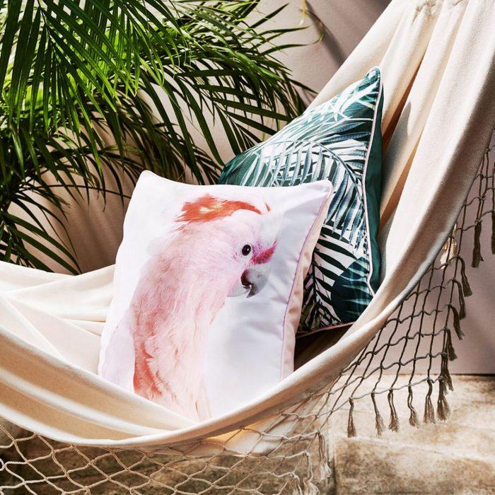 Красивые подушки в тропическом стиле.