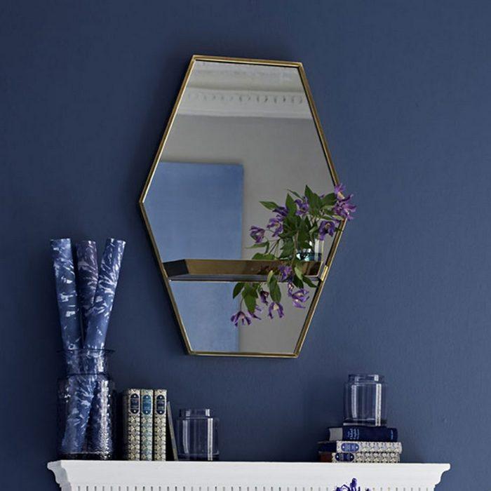 Зеркало с металлической оправой.