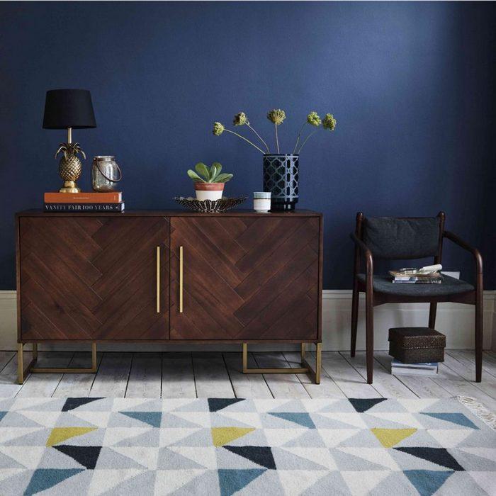 В моде мебель из тёмного дерева.