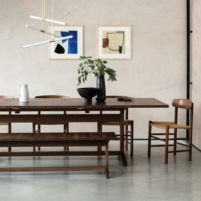 Стильна мебель из тёмной древесины.