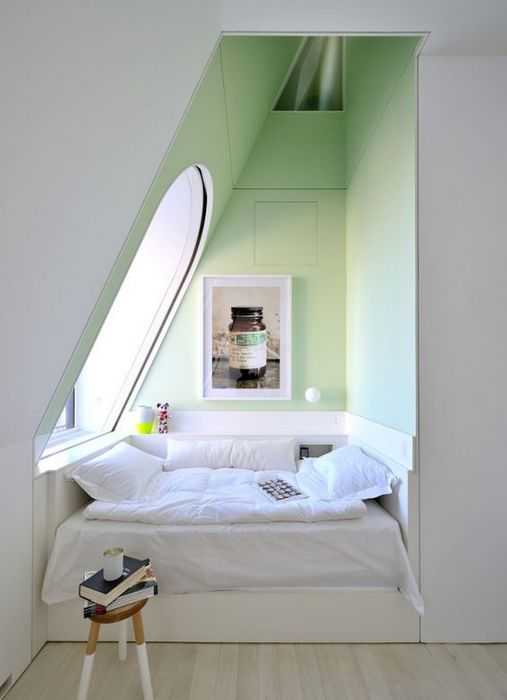 Спальная зона в углу.