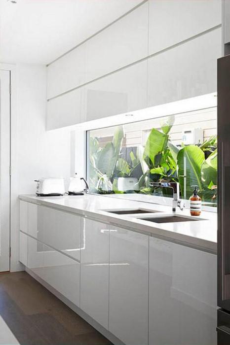 Стильный кухонный фартук из стекла.