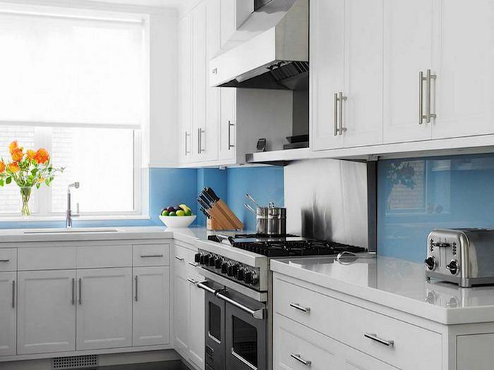 Стеклянный фартук визуально увеличивает площадь кухни.