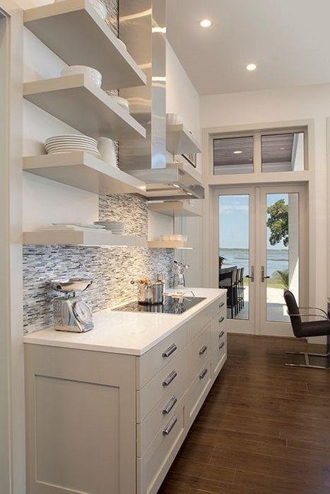 Открытые полки на небольшой кухне.