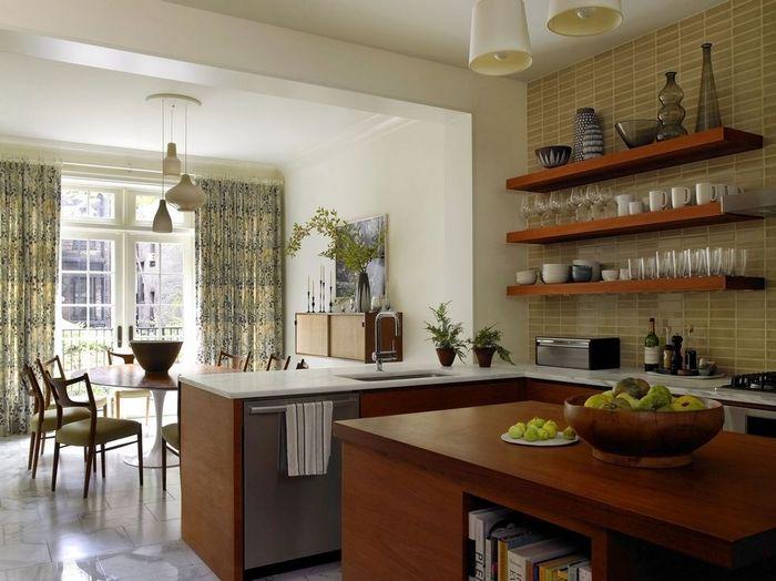 Аккуратные и стильные полки на кухне.