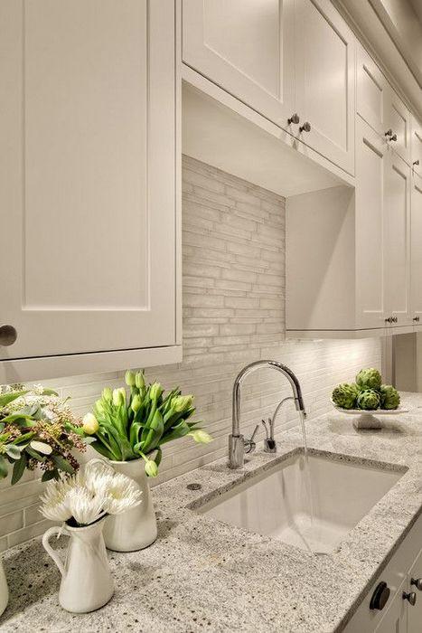 Раковина в современном интерьере кухни.