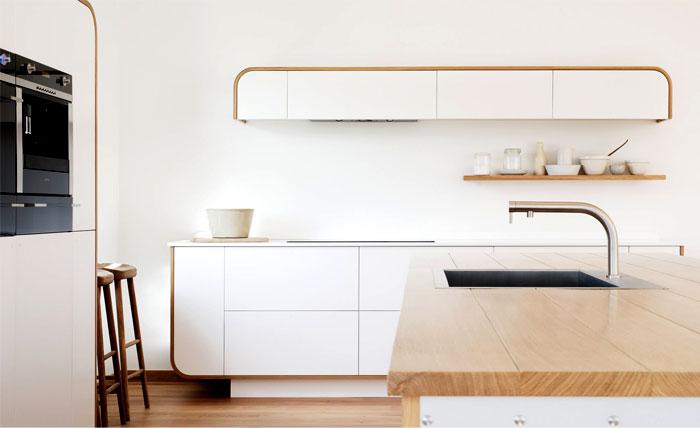 Деревянная столешница в интерьере кухни.
