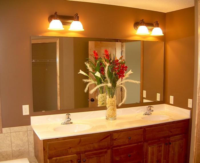 Подсветка зеркала в ванной.
