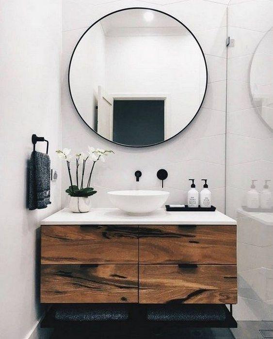 Круглое зеркало сделает интерьер гармоничным.