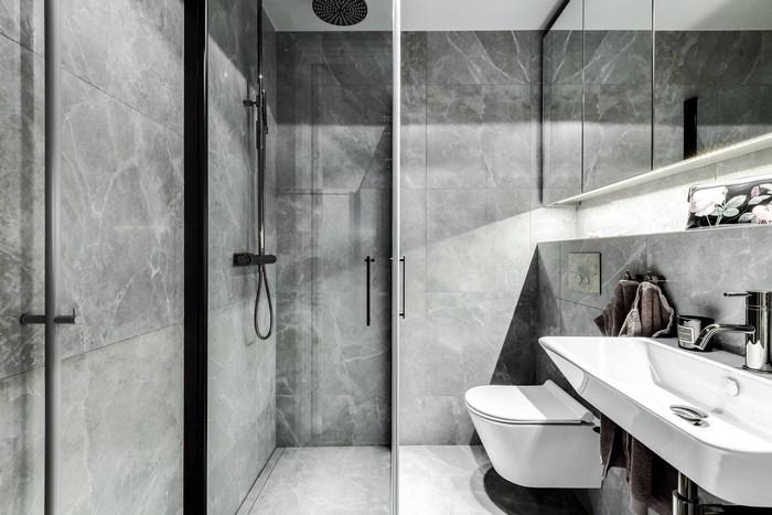 Очень стильное решение для маленькой ванной.