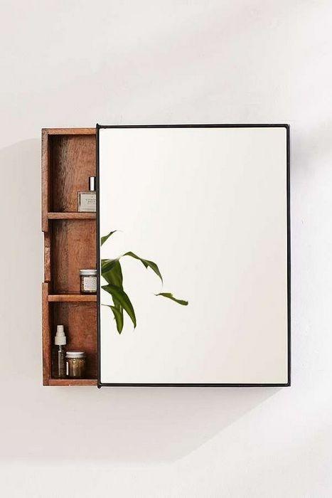 Зеркало с дополнительными системами хранения.