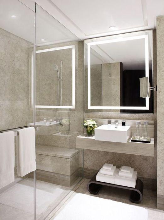 Лаконичное зеркало со встроенной подсветкой.