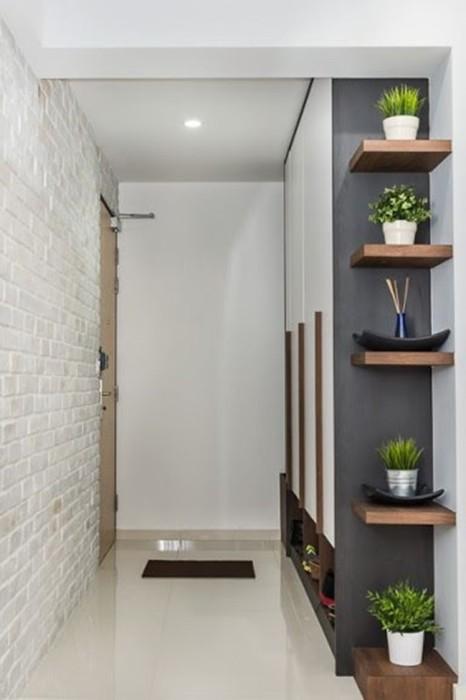 Стильный интерьер узкого коридора.