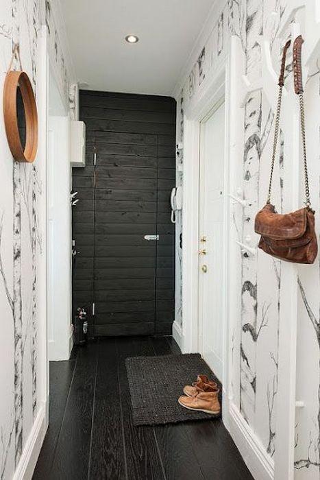 Чёрный пол в узком коридоре.