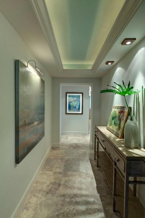 Разные сценарии освещения в узком коридоре.
