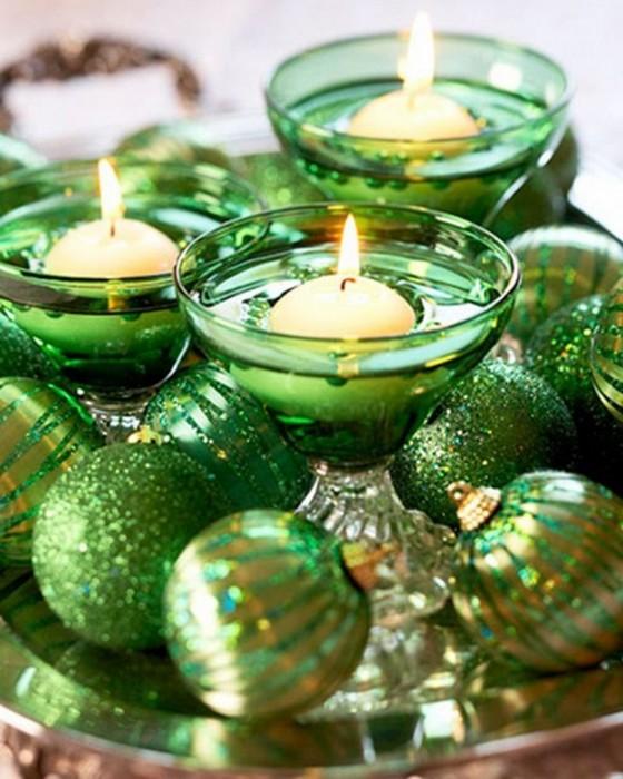Красивая новогодняя композиция с ёлочными игрушками и свечами.