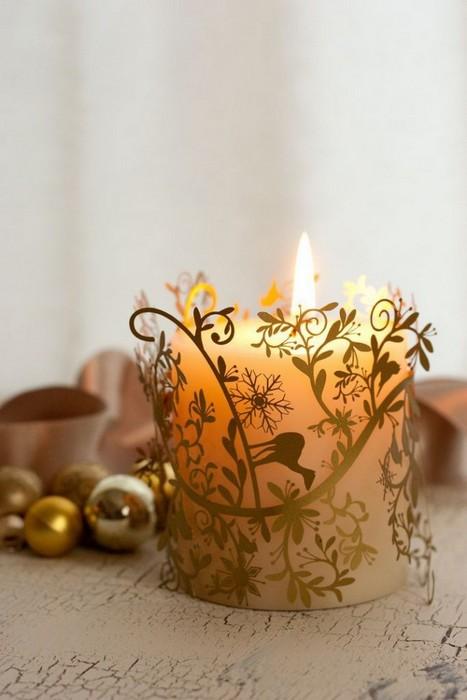 Свеча в красивом подсвечнике.