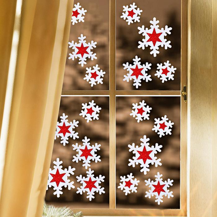 Снежинки - традиционный новогодний декор.