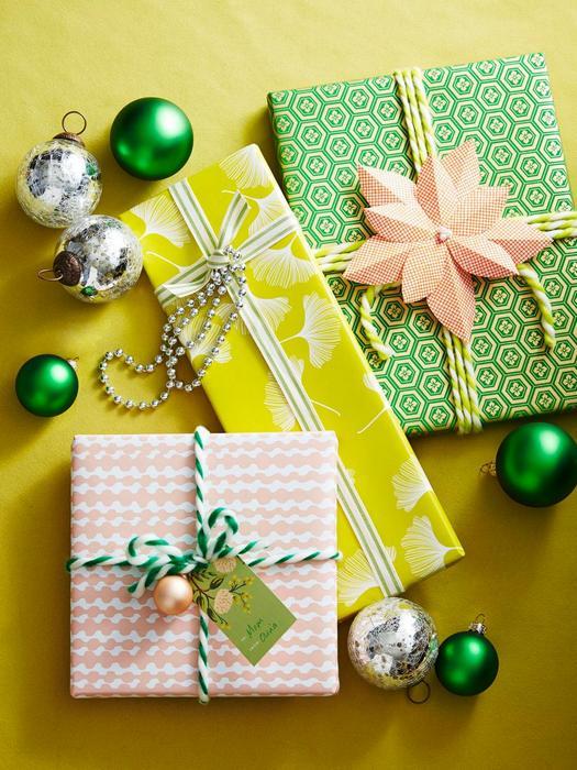 Упаковка подарков из остатков обоев.