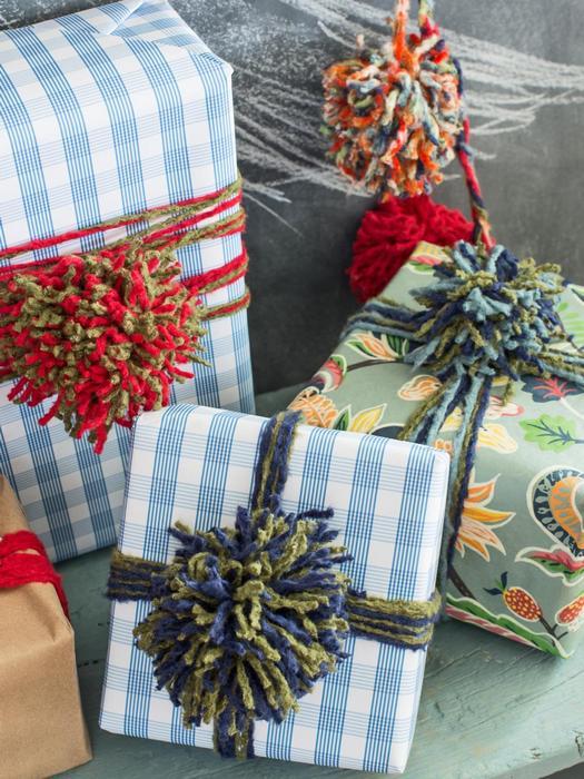 Помпоны из пряжи на новогодних подарках.