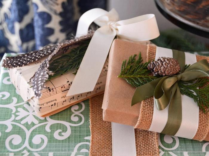 Стильный натуральный декор для новогодних подарков.