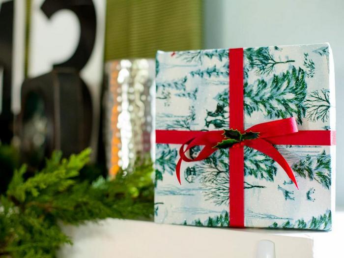 Атласная лента на подарке.