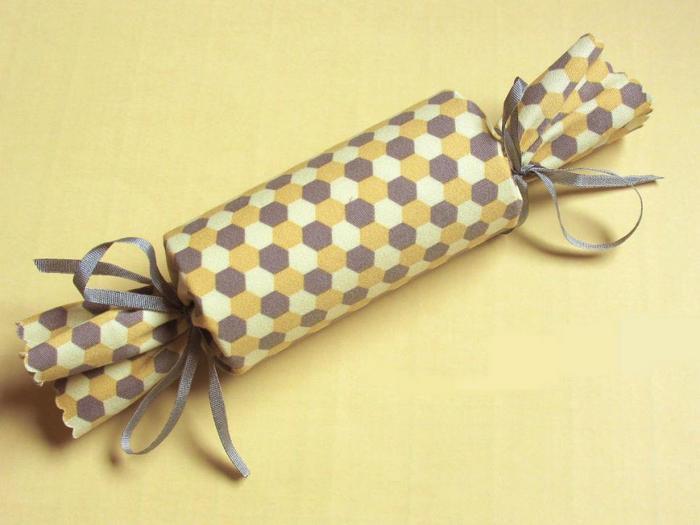 Оригинальное оформление новогоднего подарка в виде конфеты.