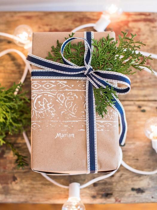 Стильная упаковка новогоднего подарка.