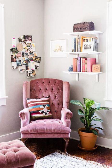 Красивое кресло, к которому приятно прикасаться.