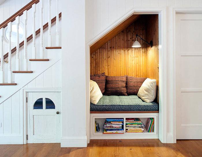 Уголок для чтения под лестницей.