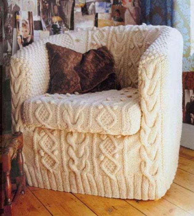 Уютное вязаное кресло.