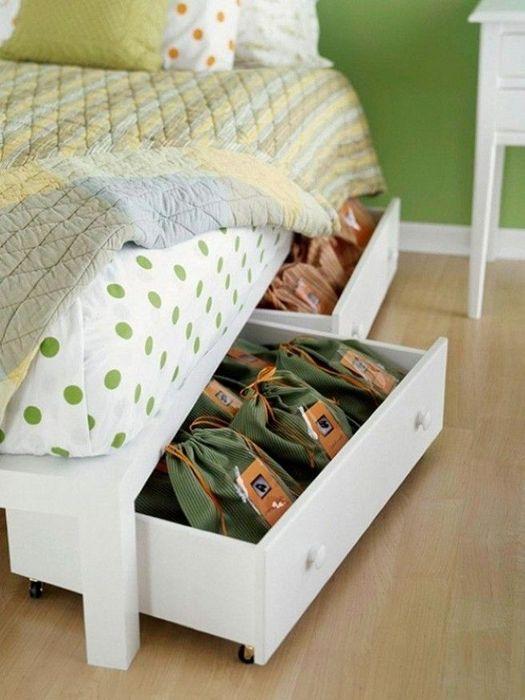 Хранение обуви под кроватью.