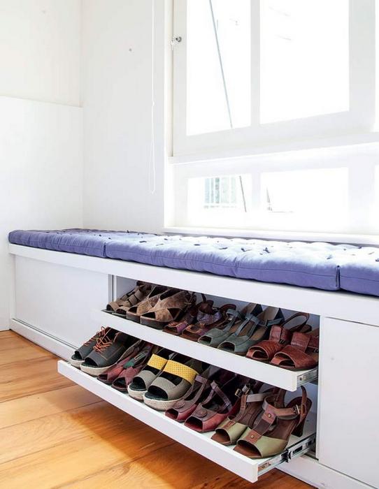 Хранение обуви под подоконником.