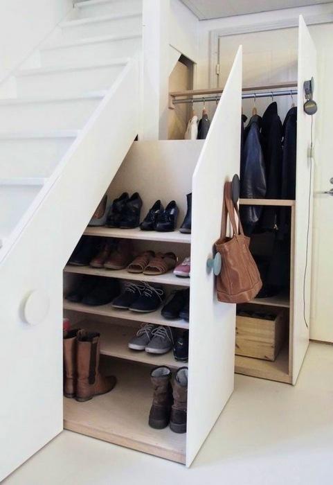 Хранение обуви под лестницей.