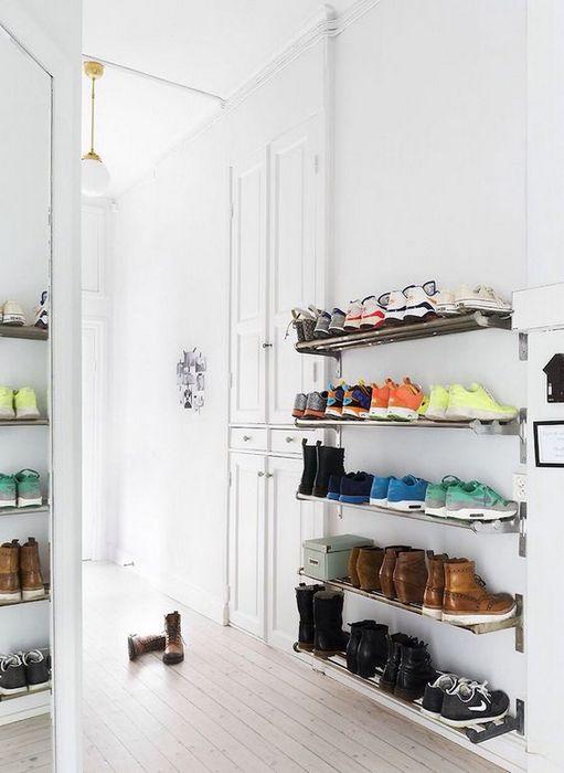 Хранение обуви на открытых полках.