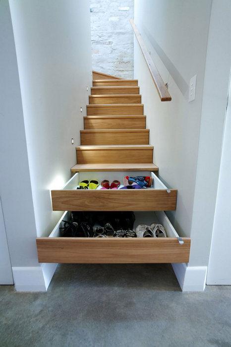 Хранение обуви в лестничных ступенях.